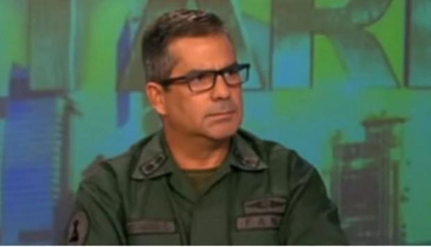 """Carlos Rotondaro: general del ejercito de Venezuela se escapa a Colombia porque no puede ser leal a un gobierno """"de incapaces y corruptos""""."""