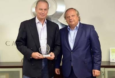 El cantante Bertín Osborne recibe el Premio a la Calidad Turística