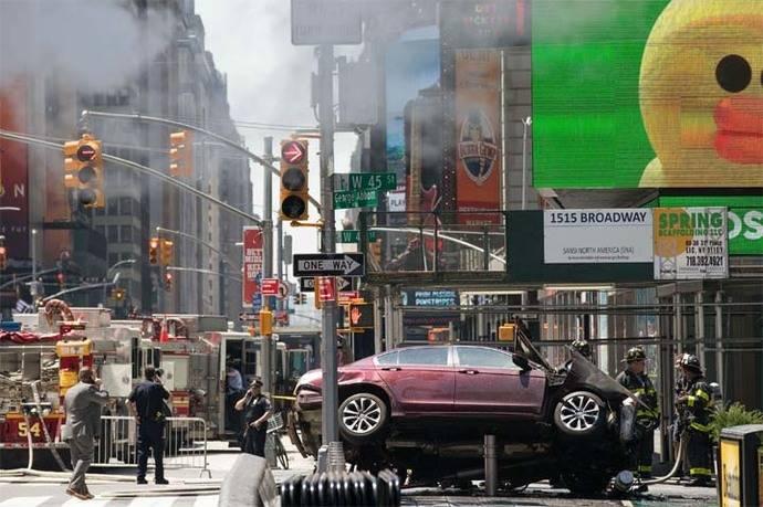 Un coche embiste peatones en Times Square y deja un muerto y 22 heridos