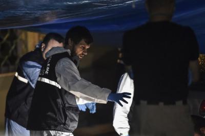Policías forenses de Turquía buscan evidencia en el Consulado de Arabia Saudita, mientras oficiales saudíes los observan.