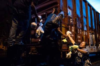 'Las Patronas' de los migrantes que viajan de México a EE. UU sobre 'La Bestia'