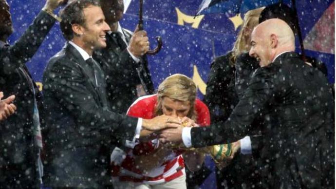 La presidenta aguantó con buen ánimo una intensa lluvia durante el Mundial de Fútbol