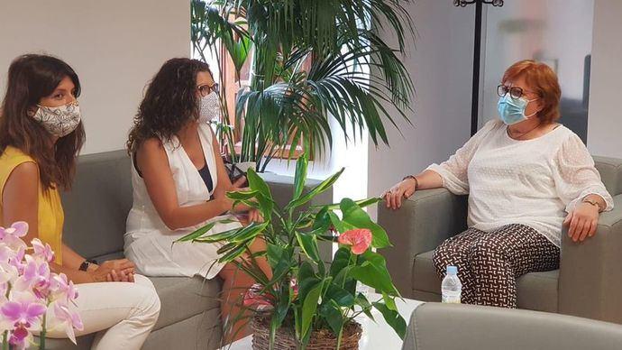 La delegada del Gobierno en la Comunidad Valenciana, Gloria Calero,(d) se ha reunido este lunes por la mañana con la alcaldesa de Paiporta, Isabel Martín (c)