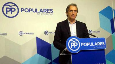 Íñigo de la Serna comparece ante los medios en la sede del PP de Cantabria. | R.V.