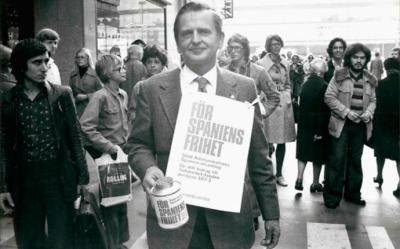 """Primer Ministro Olof Palme con una hucha y un cartel colgando que ponía """"Por la libertad en España"""""""