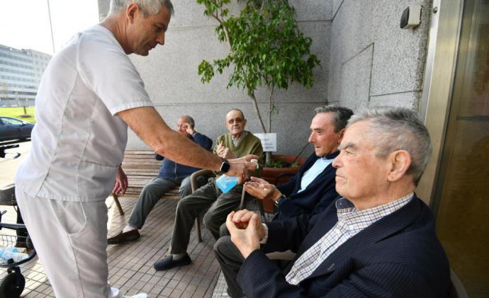 Personal de una residencia de mayiores, sion mascarilla en algún lugar de España (imagen de referencia)