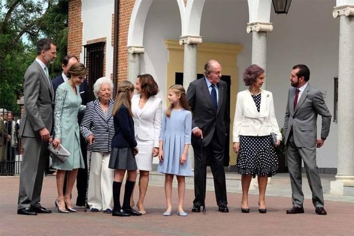 La Infanta Sofía recibe su primera Comunión arropada por toda su familia