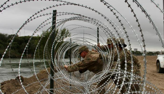 EE.UU. despliega kilómetros de alambrada en la frontera con México