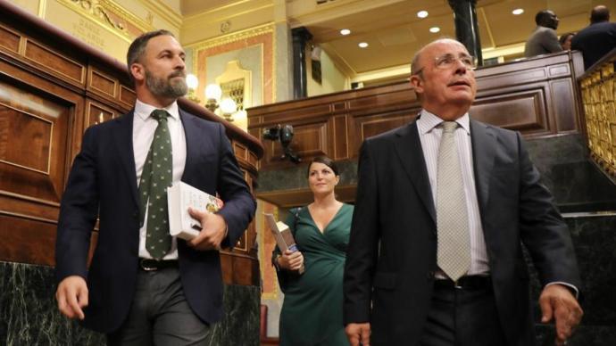 El presidente de Vox, Santiago Abascal, el diputado Ignacio Gil Lázaro, y la secretaria general del grupo parlamentario, Macarena Olona.ALBERTO CUÉLLAR/VOX - Archivo
