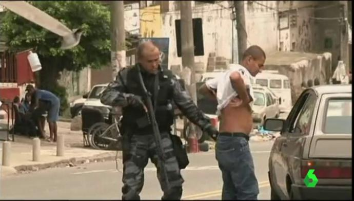 La poliñcia suele incurisonar con frecuencia en las favelas de Río
