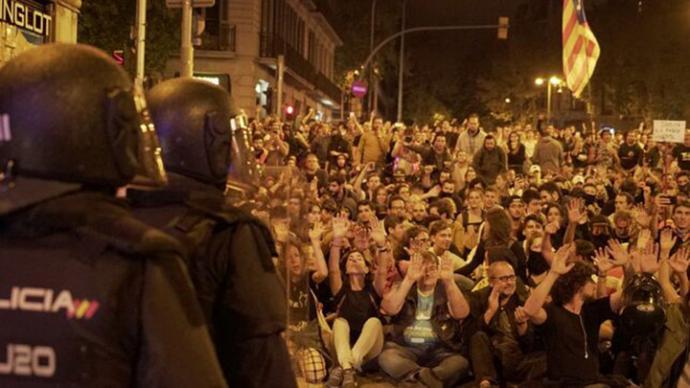 Miles de personas salen a la calle en Barcelona contra las actuaciones policiales tras una semana de altercados
