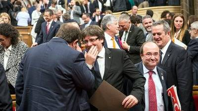 Puigdemont habla con Junqueras durante el pleno del Parlament del 10 de octubre ©SANDRA LÁZARO