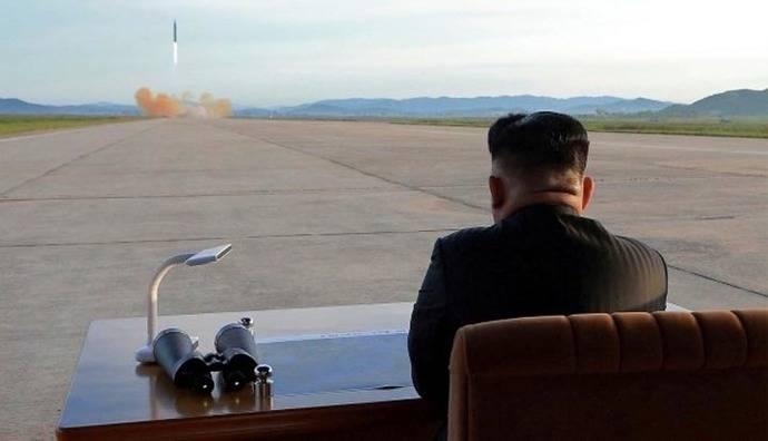 Kim Jong-un contemplando unja prueba balística (foto de archivo)