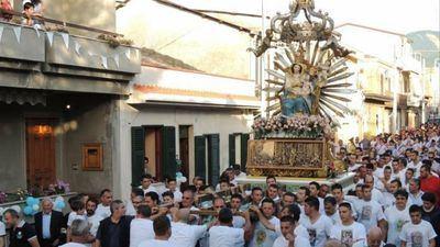 La  Virgen se inclinó frente a la casa del padrino Giuseppe Mazzagatti, en Oppido Mamertina