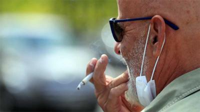 Un juez anula la orden de la Comunidad de Madrid que prohibía fumar en la calle sin distancia y cerraba los locales de ocio nocturno