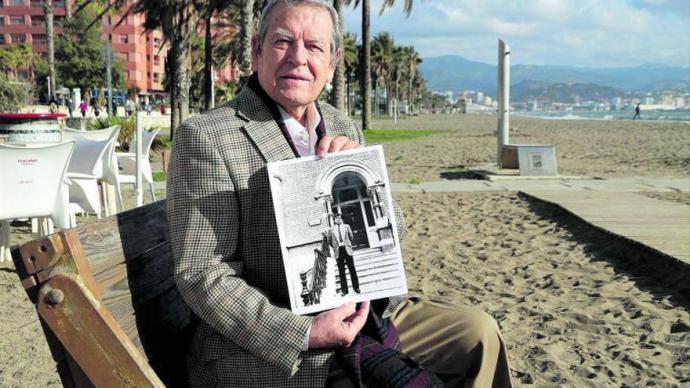 José Antonio Sierra, esta semana en la playa de Huelin, con una foto como director del Instituto Cultural Español de Dublín.ÁLEX ZEA