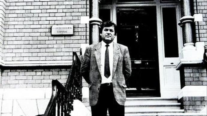 José Antonio Sierra, delante del Instituto Cultural Español, en el 58 de Northumberland Road de Dublín.ARCHIVO J.A.SIERRA