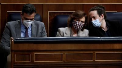 Pedro Sánchez y los vicepresidentes Carmen Calvo y Pablo Iglesias durante un Pleno en el Congreso.