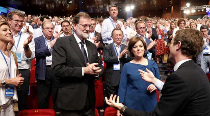 Casado saluda a Rajoy ya como presidente del PP. MARTA JARA