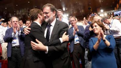 Pablo Casado recibe el saludo de Mariano Rajoy