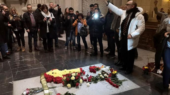 Un grupo de personas ante la tumba de José Antonio Primo de Rivera en el Valle de los Caídos.Borja Méndez / EFE