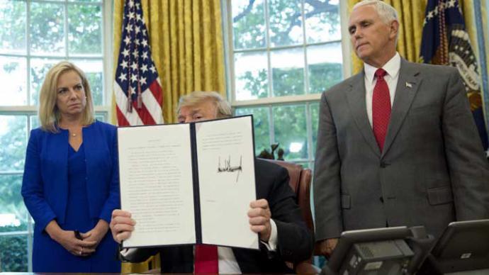 Trump firma decreto que pone fin a separaciones familiares en la frontera