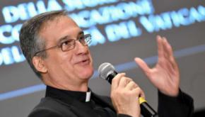 Renuncia Dario Viganó, ministro de Comunicación del Vaticano, tras escándalo por carta de Benedicto XVI.