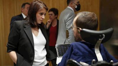 La portavoz del Psoe Adriana Lastra junto al miembro de la ejecutiva de Podemos, Echenique