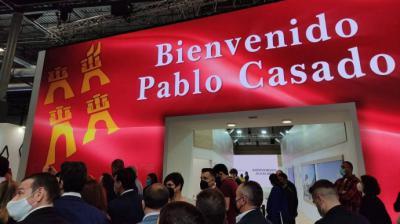El 'stand' murciano de Fitur da la bienvenida a Pablo Casado con un rótulo led gigante que la oposición critica