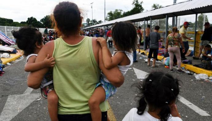 México abre su frontera a mujeres y niños de caravana de migrantes hondureños
