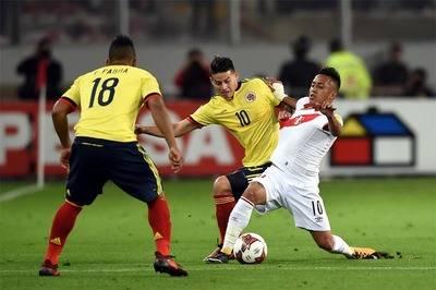 James Rodríguez y Christian Cueva disputan un balón en el encuentro entre Colombia y Perú