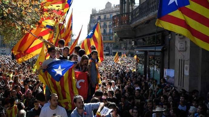Detención de 14 funcionarios regionales provoca protestas en Cataluña