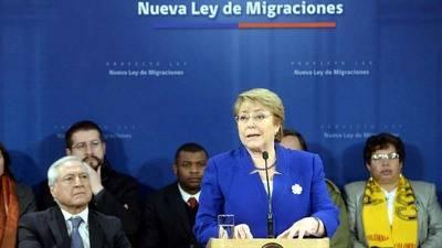 Michelle Bachelet firma proyecto de ley para controlar migración en Chile