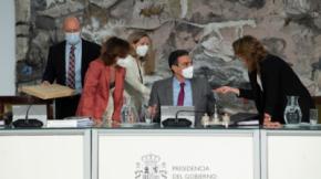 Las vicepresidentas hablan con Pedro Sánchez y el ministro de Justicia, Juan Carlos Campo, se acerca a la mesa antes de la reunión en la que el Consejo de Ministros concede los indultos a los líderes independentistasBorja Puig de la Bellacasa / Moncloa