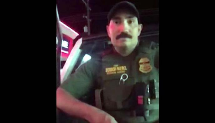 Agente fronterizo interroga a mujer porque habló español en una tienda de Estados Unidos. (Foto: captura de  video de Facebook)