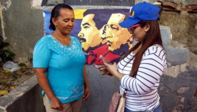"""Ciudadanos se concentraban en """"Puntos Rojos"""" para registrar sus Carné de la Patria luego de votar durante las elecciones presidenciales del domingo en Venezuela"""