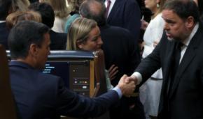El presidente del Gobierno en funciones, Pedro Sánchez (i), saluda al diputado electo en prisión preventiva de ERC Oriol Junqueras