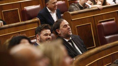 Los diputados presos llegan al hemiciclo entre aplausos de los suyos e Iglesias saluda a Junqueras