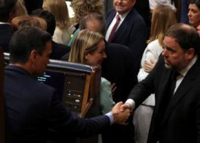 Pedro Sánchez saluda a Oriol Junqueras, ayer, en el Congreso,