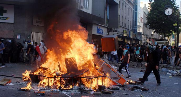 Incendios y saqueos no ceden en Chile cinco semanas después del inicio de estallido social