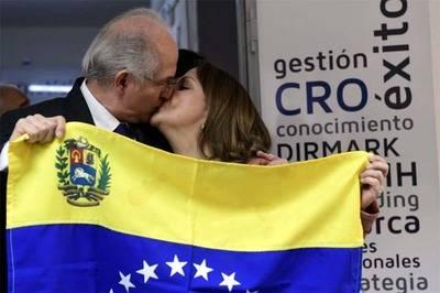 Antonio Ledezma y su esposa Mitzy Capriles, reunidos en España.AFP