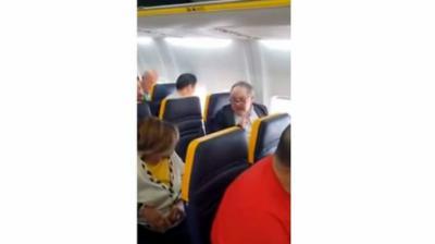 'Negra fea bastarda': los insultos racistas a una mujer en un vuelo de Ryanair acaban con ella cambiándose de asiento