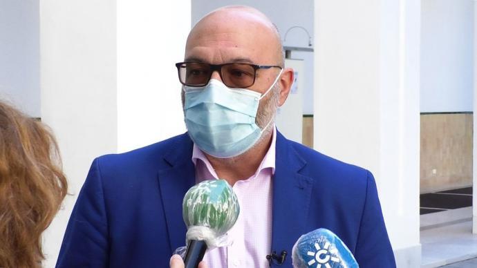 El portavoz parlamentario de Vox en Andalucía, Alejandro Hernández, atendiendo a los periodistas en el ParlamentoVOX