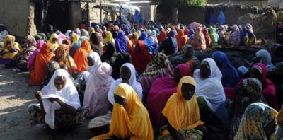 Mujeres se reúnen después de un ataque terrorista de Boko Haram en Nigeria.