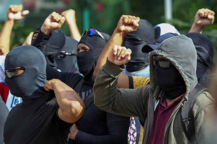 Policías encapuchados protestan en la ciudad de Fortaleza, en el estado Ceará