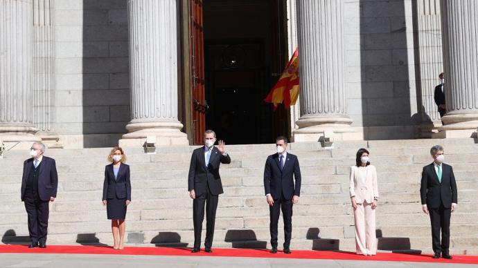El rey y el resto de las autoridades, este martes, a las puertas del Congreso.Casa Real