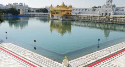 Un devoto sij presenta sus respetos en el Templo Dorado durante un toque de queda en India.
