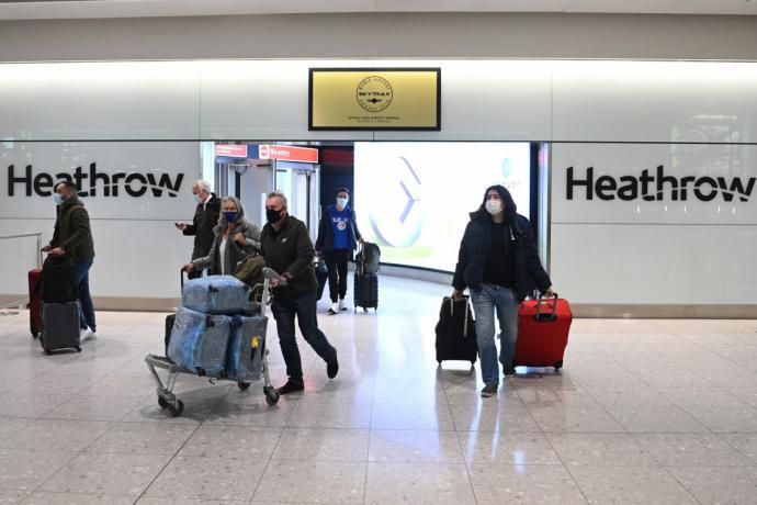 Viajeros en el aeropuerto de Heathrow. Foto: EFE.