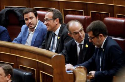 Los diputados electos de JxCAT en prisión preventiva Josep Rull, Jordi Sànchez (d) y Jordi Turull (2d), junto al diputado de Unidas Podemos Alberto Garzón