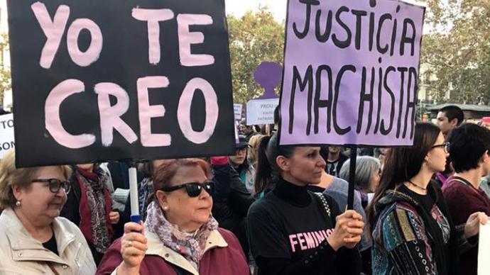"""Uno de los lemas de la concentración que clama contra la actuación judicial en el juicio contra """"la manada""""."""